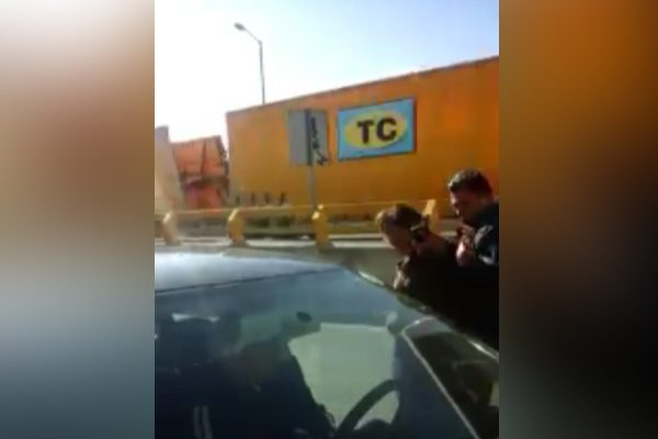 Policía estatal avienta a mujer al arroyo vehicular en pleno periférico