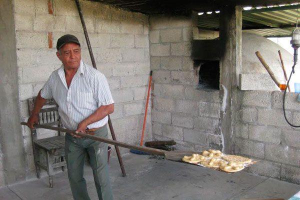 Conservan familias tradición de hacer pan de muerto en casa