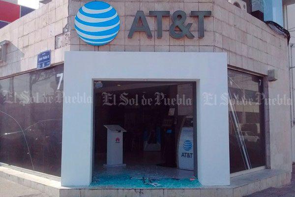 Arrasan ladrones con tienda de AT&T en Puebla