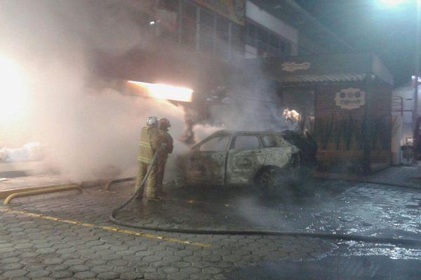 Por un descuido incendia su propio vehículo