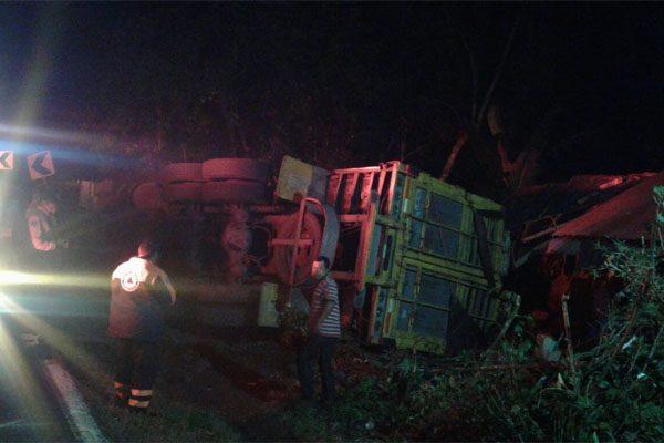 Familia se salva de ser aplastada por un camión con plátanos