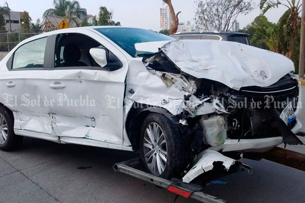 Choque de tres vehículos deja dos lesionados en colonia San Martinito