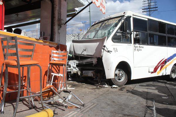 Choque entre camioneta y ruta Azteca deja 27 lesionados