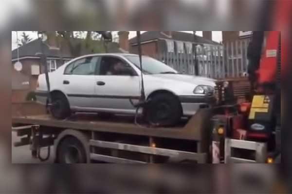 [Video] Intenta evitar que grúa se lleve su auto y las cosas le salen peor