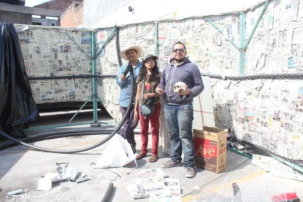 Busca poblano ganar Guinness con calavera de material reciclable