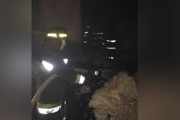 Arden pacas de algodón en fábrica textil