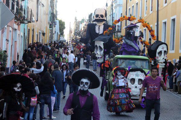 Vistosos disfraces en tradicional desfile Pasacalles en Puebla