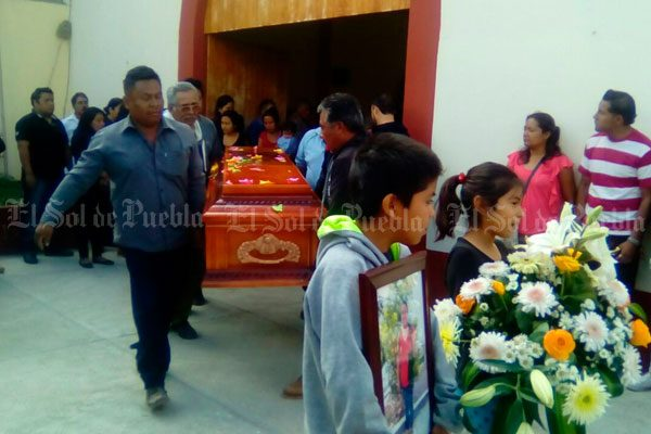 Dan el último adiós a profesora asesinada en Tehuacán