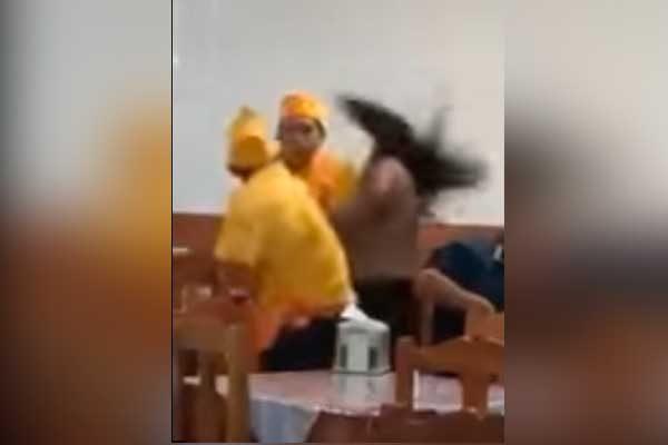 Empleado de taquería golpea brutalmente a una mujer