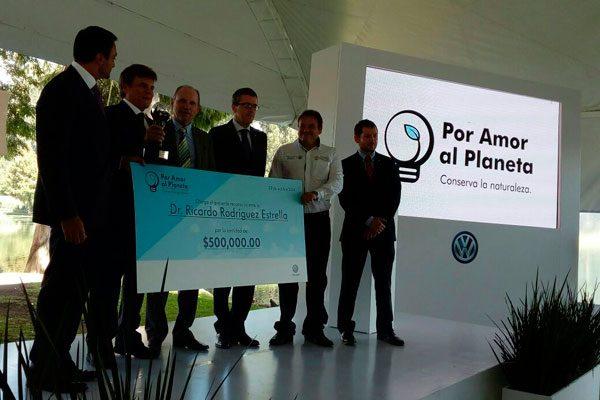 Recibe Ricardo Rodríguez Estrella premio de Volkswagen México