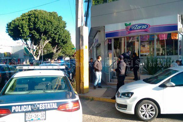 """Dan cristalazo y roban una pastalería """"La Zarza"""""""