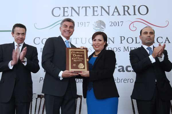 Entrega Robles a Gali fascímil de la Constitución Mexicana