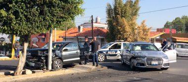 Conductor de Audi choca a pareja de la tercera edad