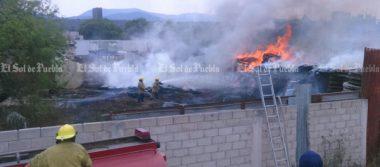 Se incendia patio de maniobras de empresa de Grúas en Tehuacán