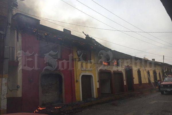 Fuerte incendio consume zona comercial en Zacatlán