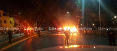 Auto arde en llamas en pleno bulevar 5 de mayo