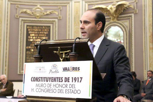 Develan placa en el Congreso, conmemorativa del aniversario de la Constitución