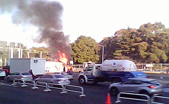 Impactante incendio de tráiler que volcó en la México-Toluca