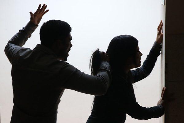 Detienen a un hombre por violencia familiar tras golpear a su hija
