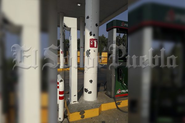 Grupo armado balea gasolinera en Tlacotepec