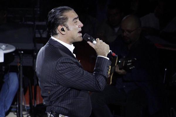 Le ofrecen trago a Alejandro Fernández y casi vomita (VIDEOS)