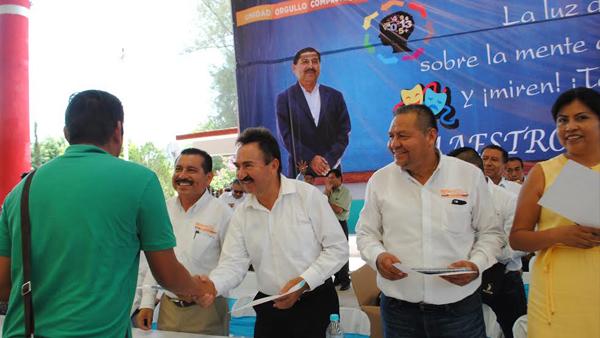 Reconoce edil de Acatlán labor de profesores en el municipio