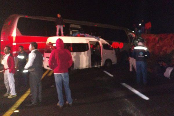 Choque entre tráiler y autobús con personal de Audi deja un muerto y 30 heridos