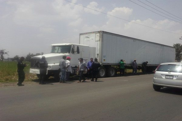 Intentan asaltar un tráiler sobre la carretera Texmelucan-El Verde