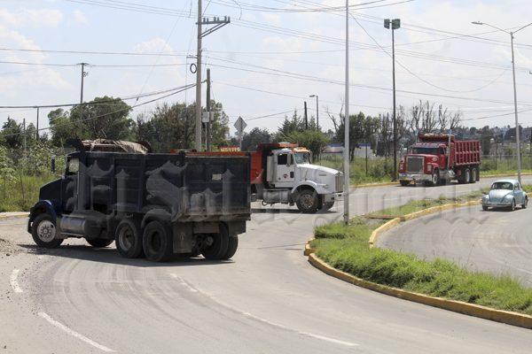Bloquean trabajadores de CTM la carretera al Batán por retraso en pago