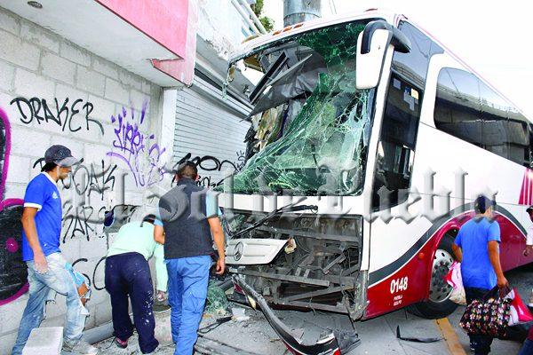 Pasajero de ADO se apodera de autobús y lo choca contra vivienda
