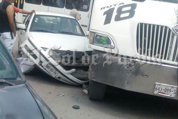 Se impactan vehículo particular y camión de la Ruta 18