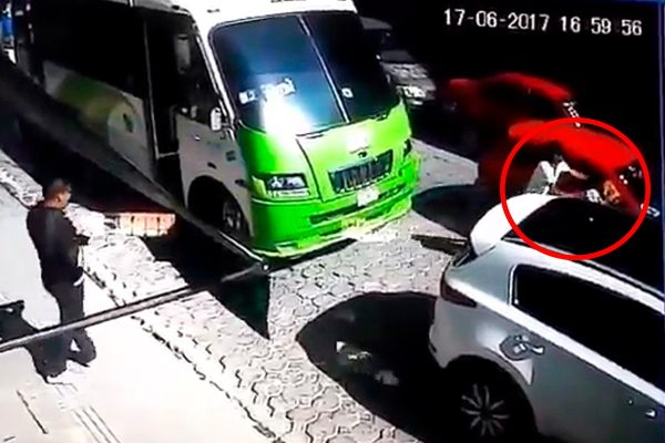 [Video] Arrebatan celular a través de la ventanilla del auto en pleno Centro