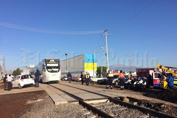 Chocan el Tren Turístico y un automóvil en San Pedro Cholula