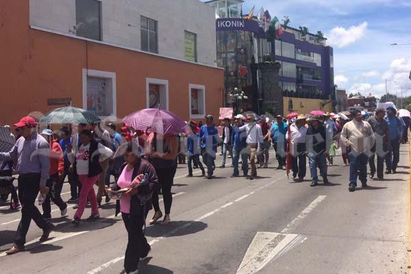 Exigen antorchistas diversos apoyos y marchan por calles del centro de Puebla