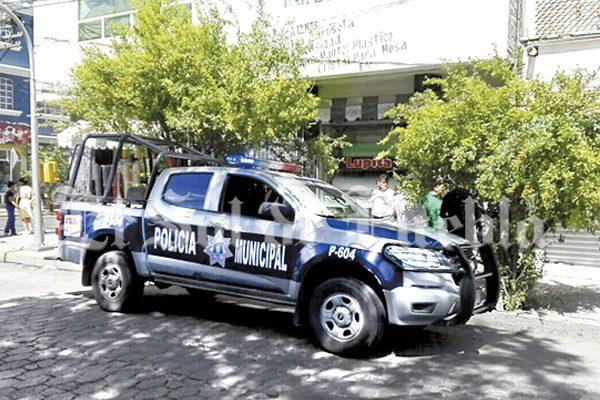 Jovencita reprueba yllama a la policía para evitar paliza