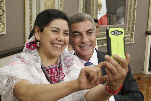 Recibe Gali traducción de la Constitución en náhuatl