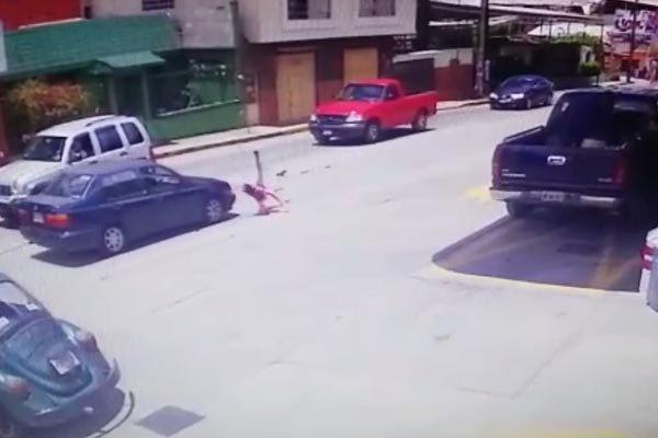#VIDEO Atropella a niña y luego se da a la fuga, en Teziutlán