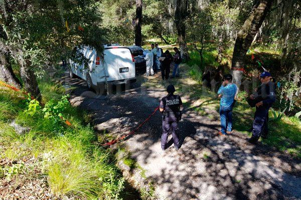 Localizan a dos cuerpos calcinados al interior de un vehículo