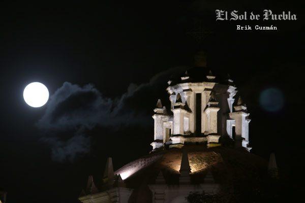 [Galería] ¡Vea al cielo! Una radiante luna ilumina Puebla