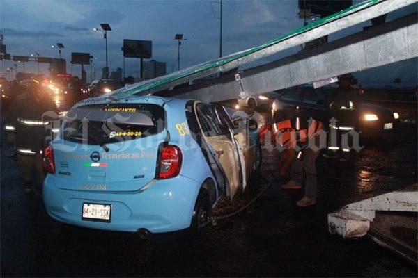 Cae señalética de la SCT sobre un vehículo en Periférico; hay dos lesionados