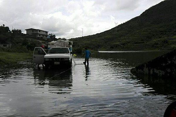 Presa de Cosamaloapan se desborda e inunda viviendas
