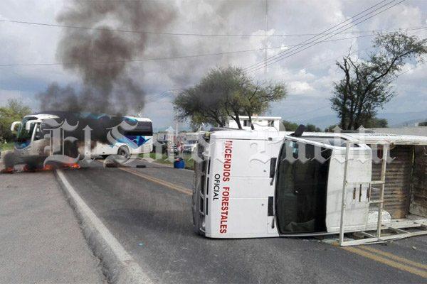 Pobladores voltean camioneta y bloquean la federal Tepanco- Tehuacán