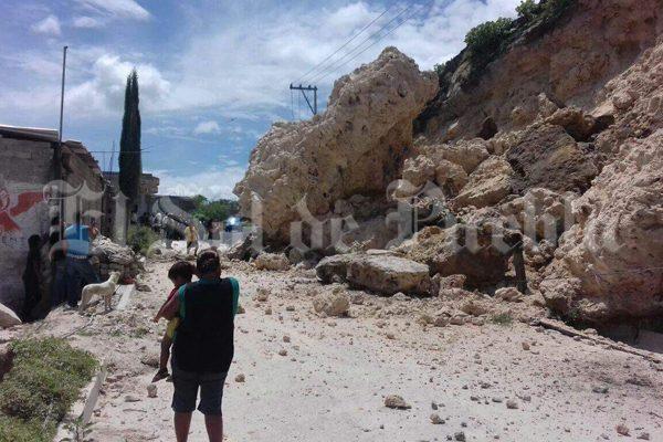 Familia se salva de morir aplastada por enorme roca en Altepexi tras terremoto
