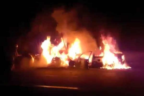 [Video] Se incendia auto en pleno Arco Norte