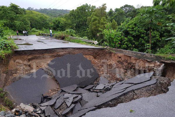 [Fotos] Se derrumba puente Los Solteros y deja incomunicado a Acateno, Puebla