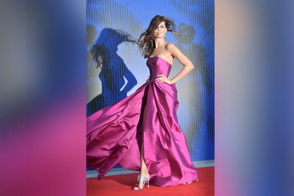 Julianne Moore un ícono de la moda recibió el premio Franca Sozzani