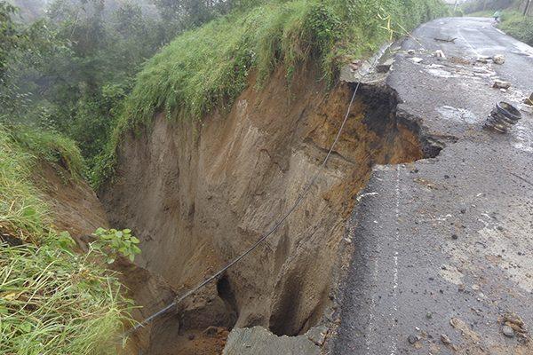 Deslave provoca socavón en carretera de Teziutlán