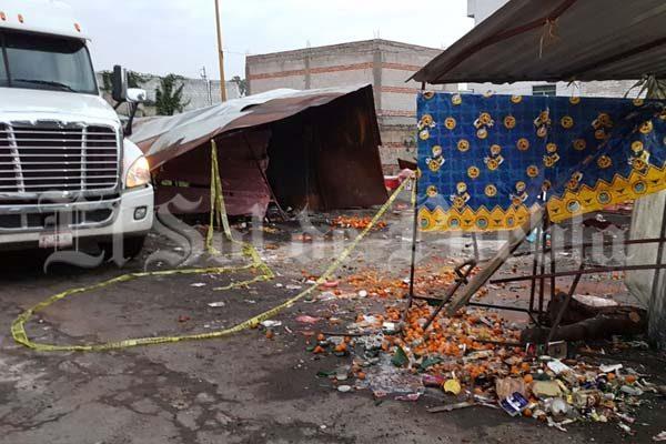 Arrasa semirremolque con puestos en la México-Puebla y mueren dos personas