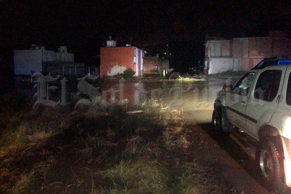 """Se desborda la barranca """"El Águila"""" y afecta viviendas en Tepeaca"""
