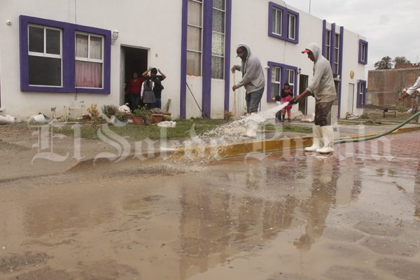 Desalojan a 15 familias en Tepeaca por desbordamiento de barranca El Águila